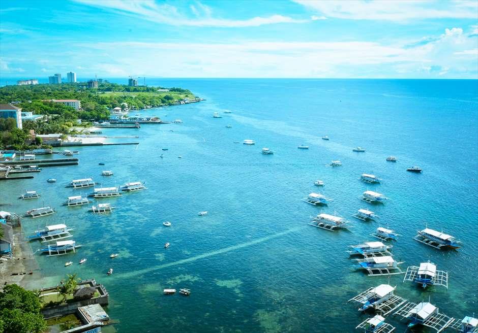 マクタン島の港からボートでフォトツアーに出発