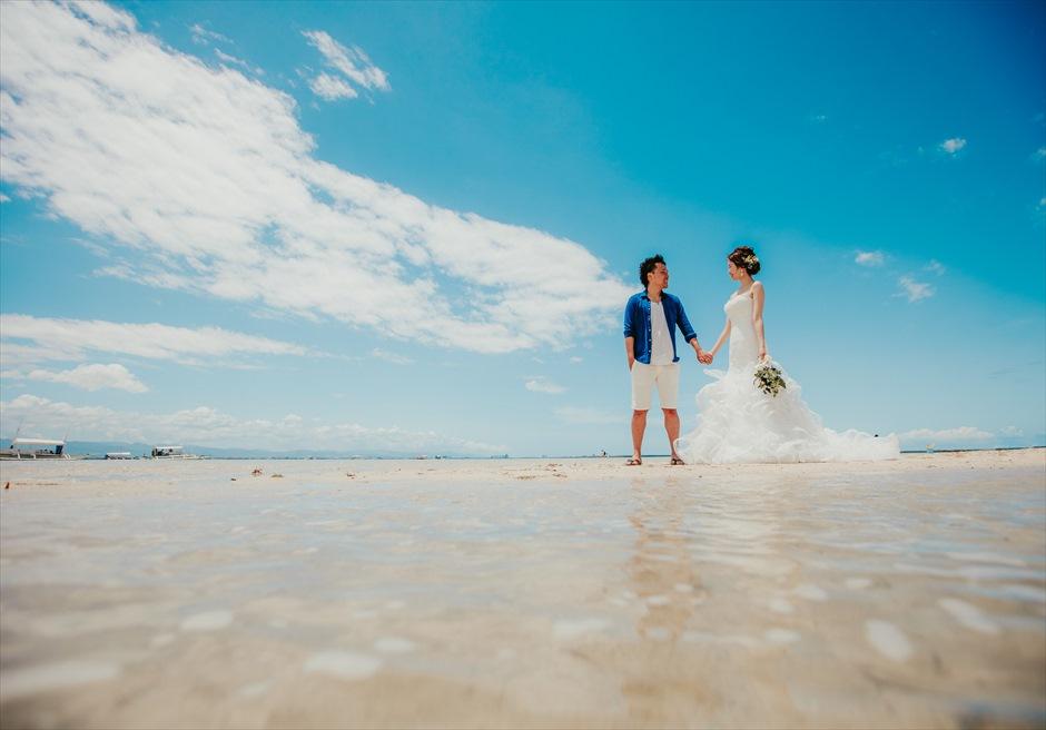 カオハガン島のビーチでドレスとブーケを使用した撮影