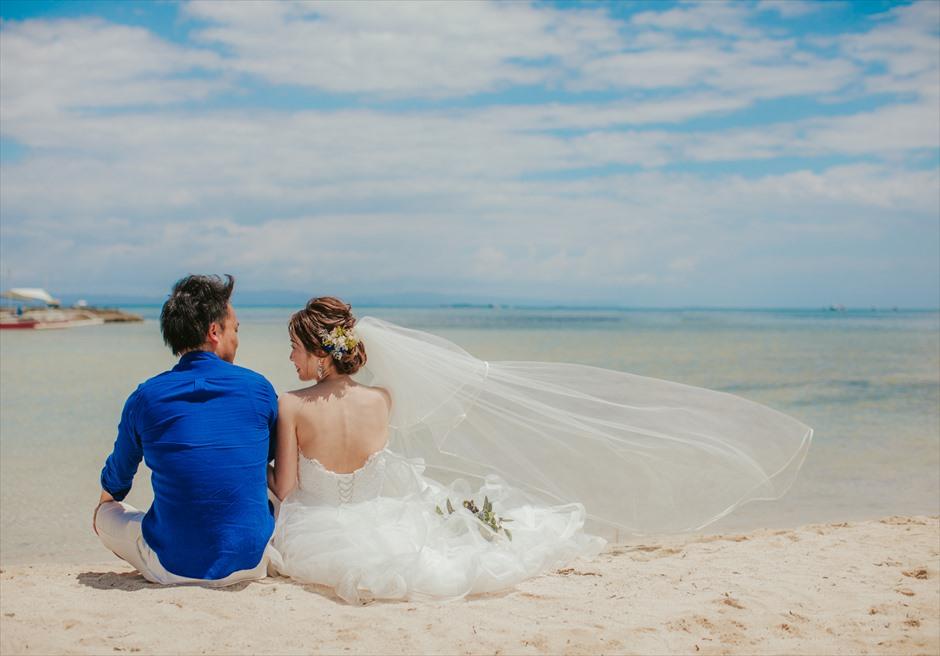 セブ・マクタン島のビーチでベールなどの撮影アイテムを使ったリゾート・フォトウェディング
