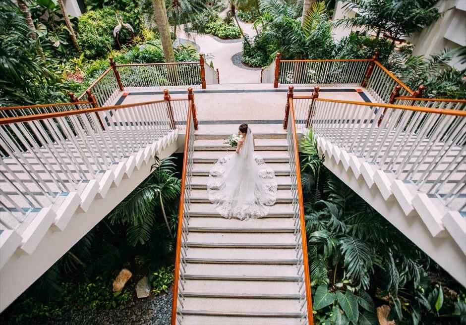 シャングリラ・マクタン・リゾート・アンド・スパのガーデン内の階段で新婦のソロ・ショット