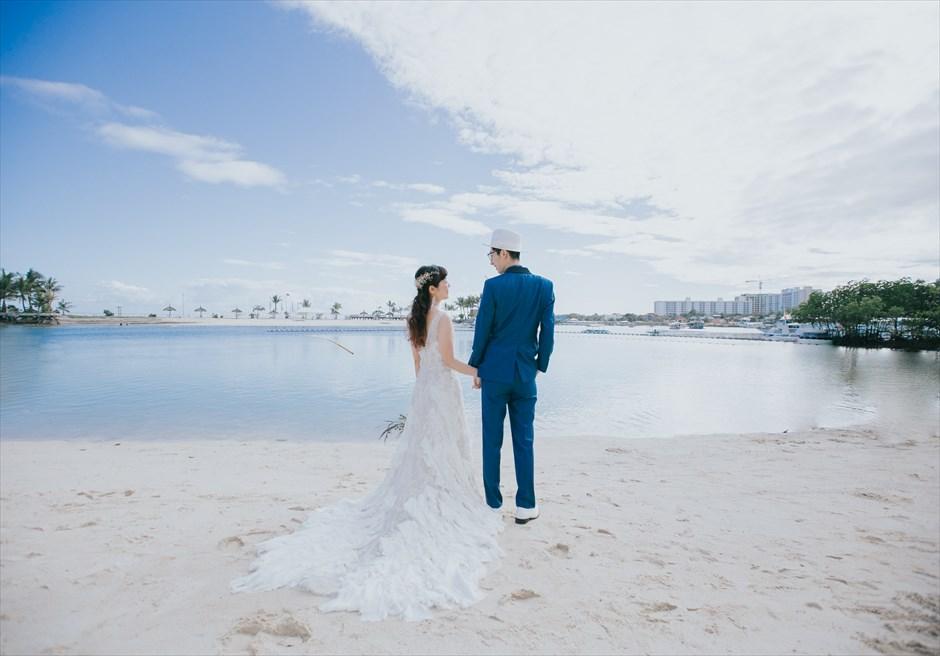 ブルーウォーター・マリバゴのビーチで青い海と空をバックにフォトウェディング撮影