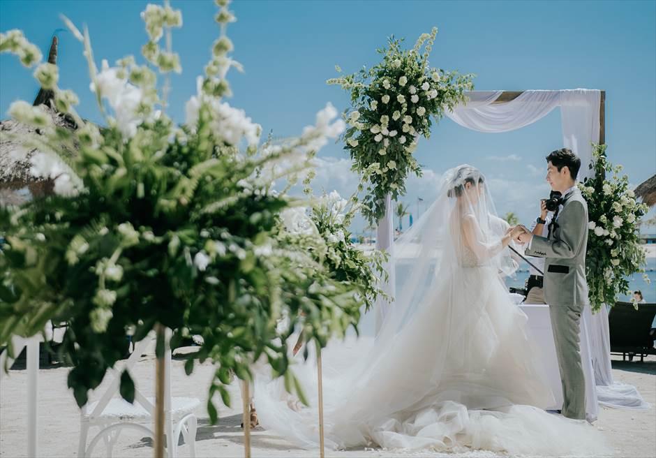 ブルーウォーター・マリバゴのビーチ挙式でもおしゃれなアーチや装花が選べます