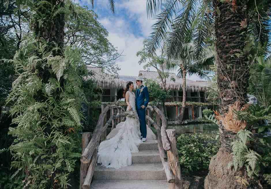 ブルーウォーター・マリバゴのガーデンでドレスとタキシードを着用した洋装の挙式前撮影