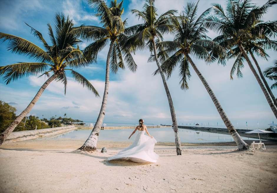 パシフィック・セブのビーチで新婦様がドレス着用のソロ・ショット