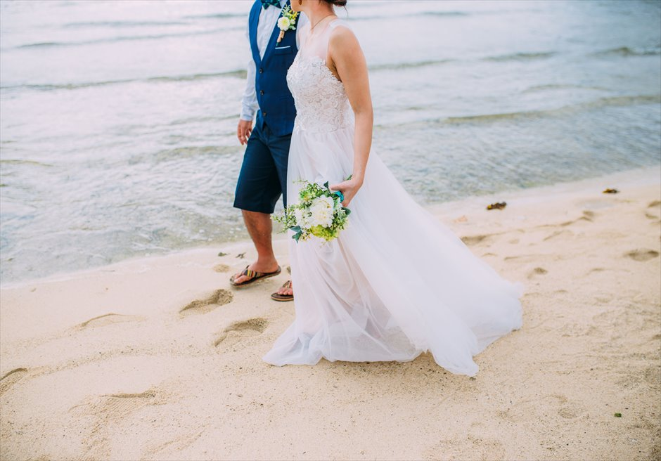 プランテーション・ベイのビーチでリゾートドレスを着て挙式前撮り