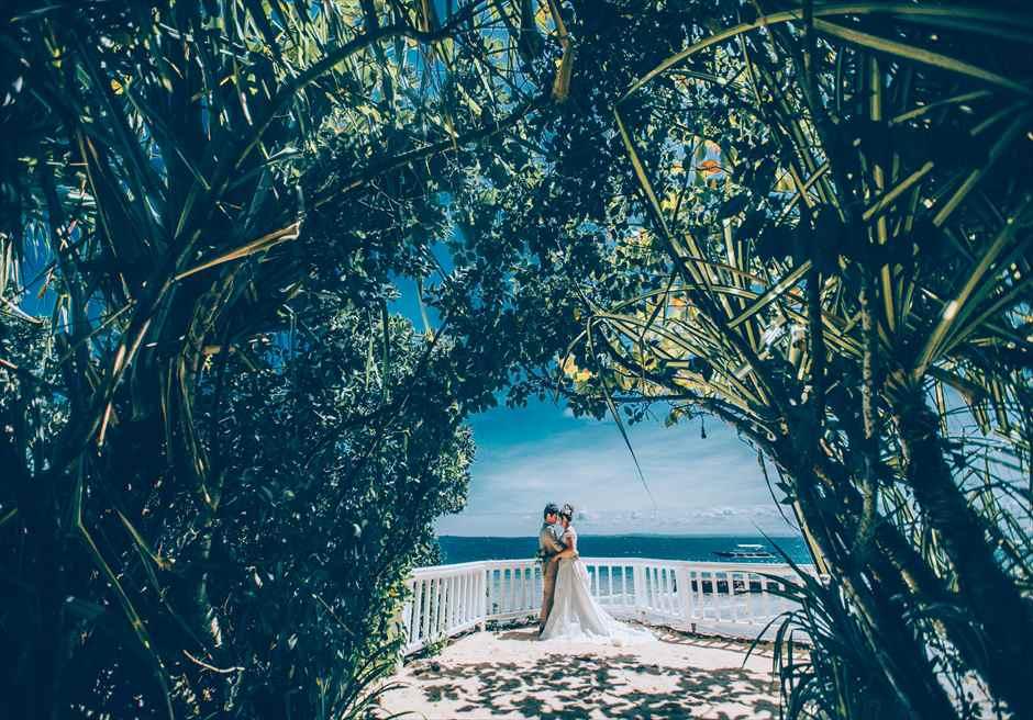 プランテーション・ベイのカップルフォトはグリーンがきれいな海見えガーデンで