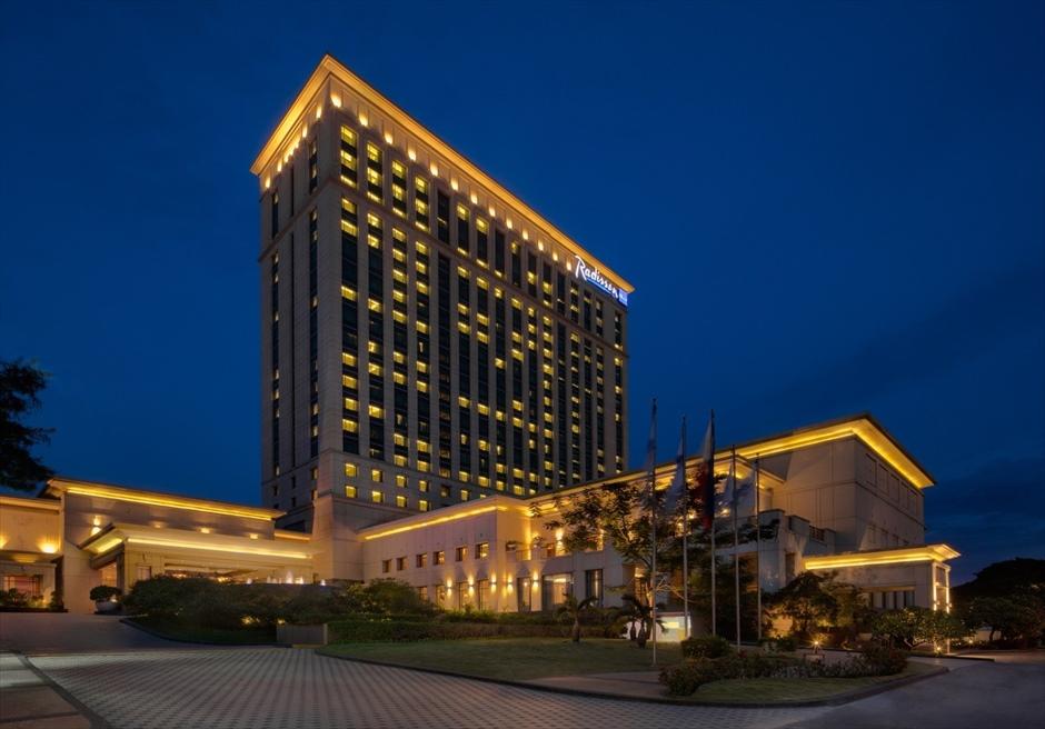 ラディソン・ブル・セブのホテル外観のライトアップ