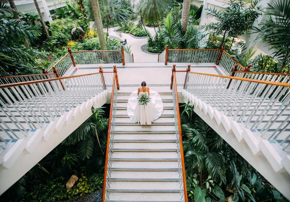 シャングリラ・マクタン・リゾート&スパのガーデン内会談で新婦のソロ・ショット