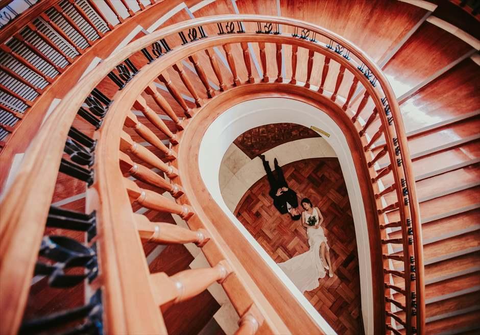 シャングリラ・マクタン・リゾート&スパのホテル内 螺旋階段で斬新なカップル・フォト