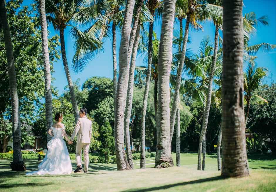 シャングリラ・マクタン・リゾート&スパの南国らしいパームツリーがきれいなガーデンでフォトウェディング