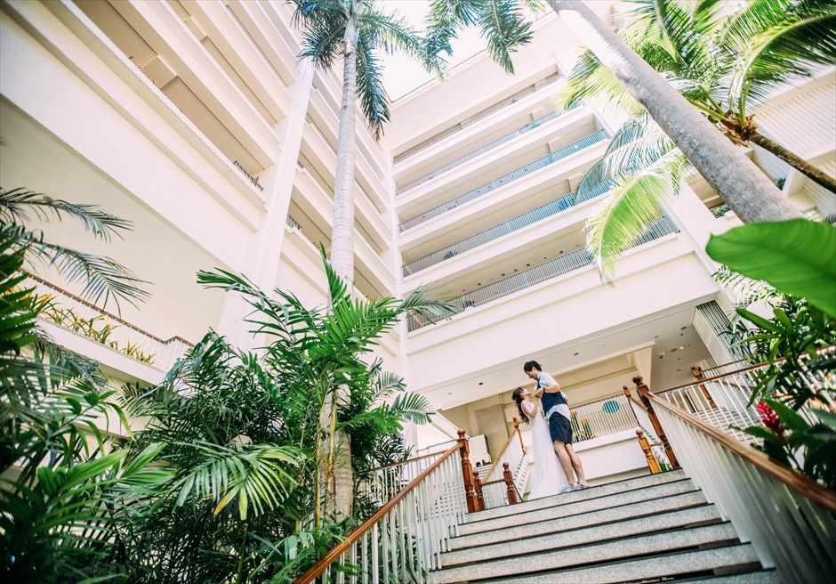 シャングリラ・マクタン・リゾート&スパの中庭でリゾート・ドレスを着用して撮影