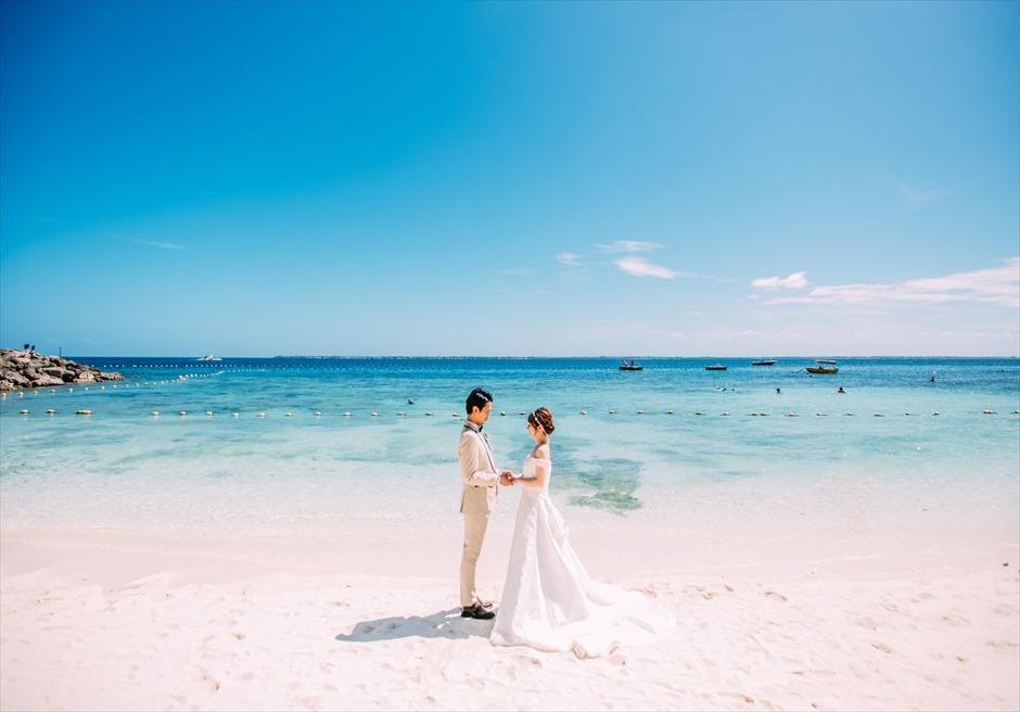 シャングリラ・マクタン・リゾート&スパの海の透明度が魅力のビーチでリゾート・フォトウェディング