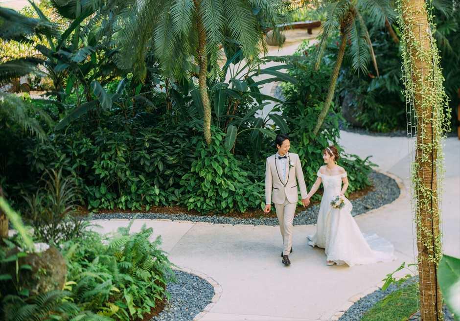 シャングリラ・マクタン・リゾート&スパのガーデンでドレスとタキシードを着用してカップル撮影