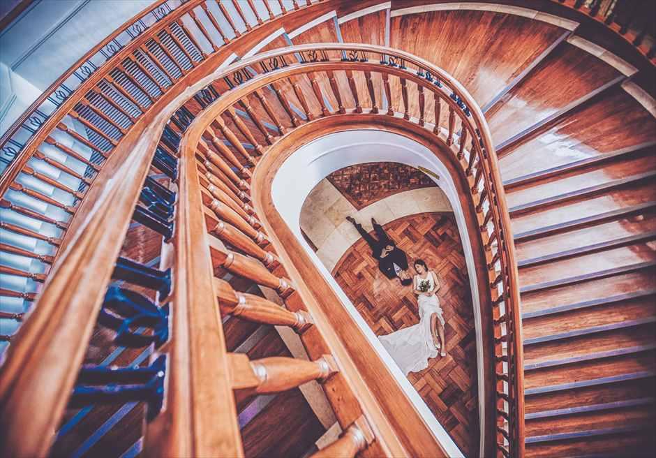 シャングリラ・マクタンの螺旋階段でクラシックなフォトウェディング