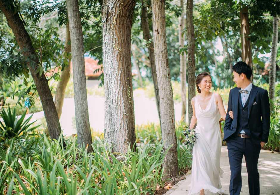 シャングリラ・マクタンのガーデンでリゾートドレスがマッチするナチュラルな挙式前撮り
