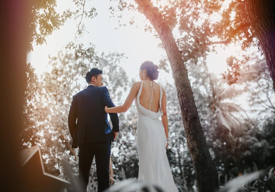 シャングリラ・マクタンのガーデンでフォトグラファーがおしゃれな結婚式前撮り撮影