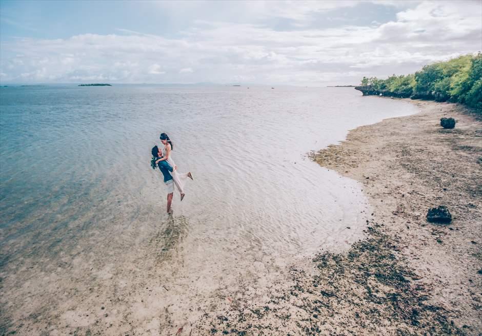 セブの離島ソルパ島で抱っこポーズのフォトウェディング