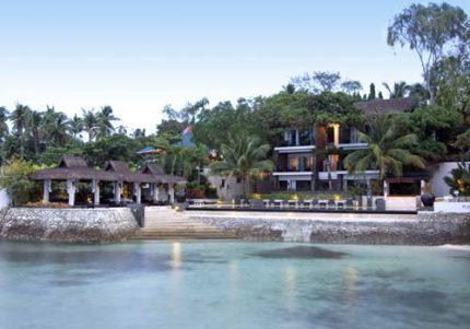 アバカ・ブティック・リゾートの全景とビーチ