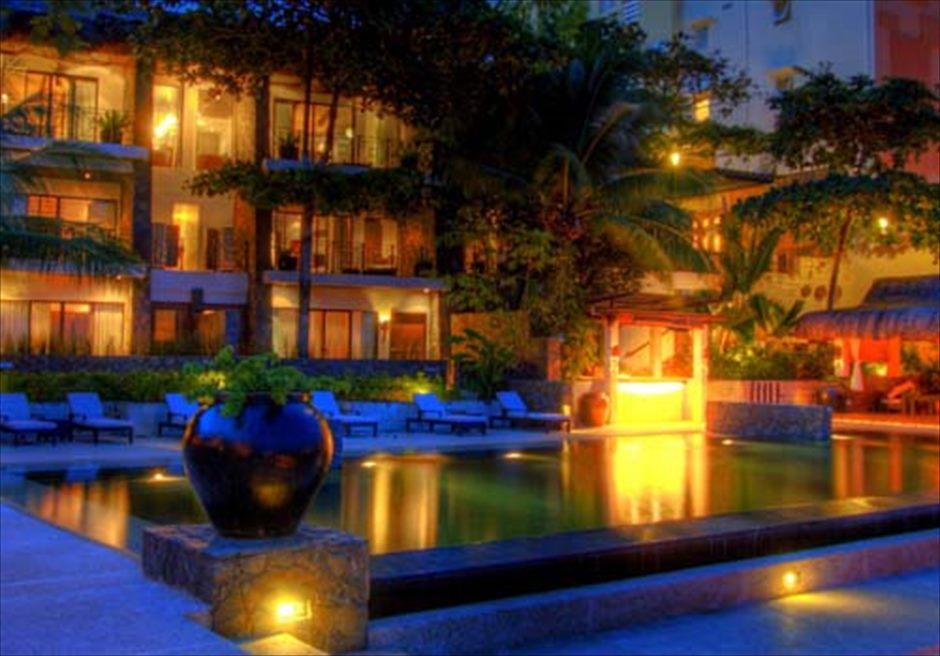 アバカ・ブティック・リゾートの夜のライトアップが美しい外観