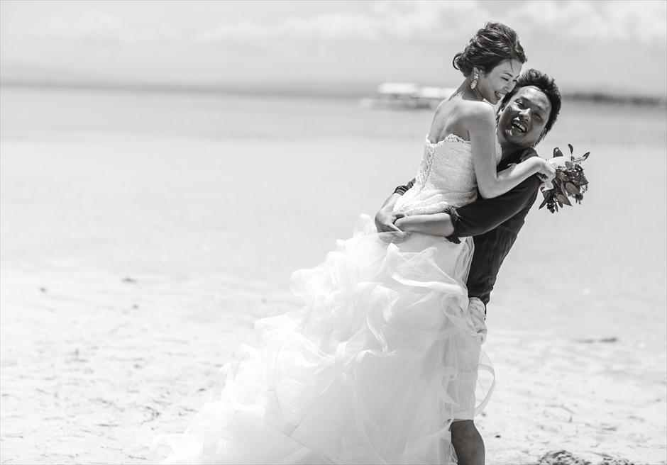 カオハガン島の挙式前撮りでモノクロの抱っこポーズ・ショット