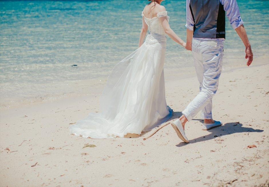 セブ島のビーチを歩くウェディング・ロケーション・フォト撮影