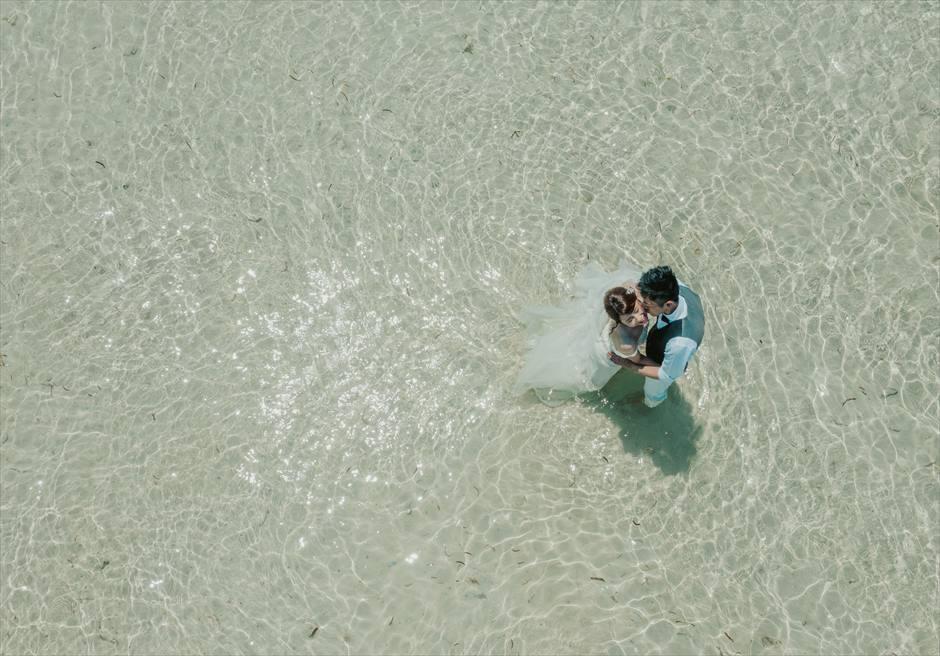 カオハガン島のビーチでウェディングフォトをドローンで空撮