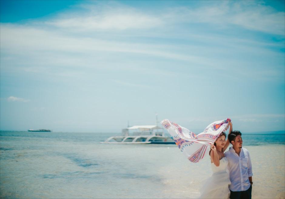 セブの離島カオハガン島で撮影アイテムを使った前撮り