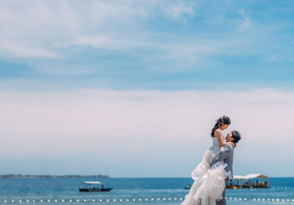 マクタン島のシャトー・バイ・ザ・シーで抱っこポーズの前撮り