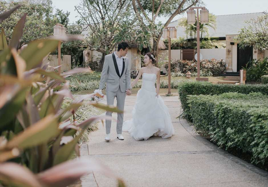 セブのクリムゾン・マクタンでウェディングドレスとタキシードを着てフォト撮影