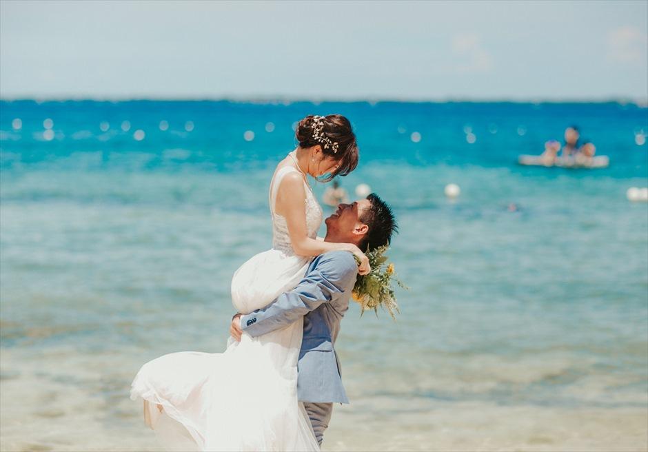 クリムゾン・マクタンの白砂ビーチで抱っこポーズの挙式前撮り