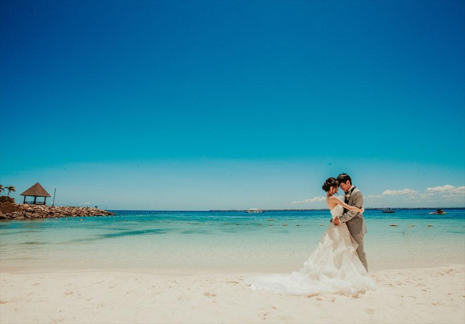 シャングリラ・マクタンの白砂のビーチで前撮りのポージング・アイデア