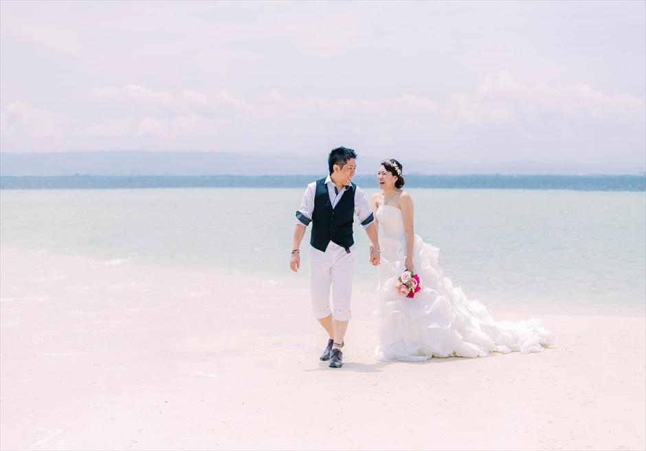 ビーチで歩くナチュラルなウェディングフォト撮影をカップルで