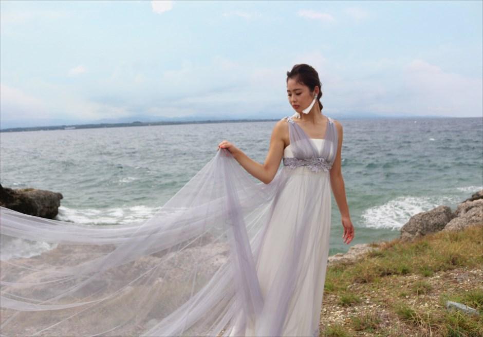 マクタン島の撮影スポットで映えるグレーのオーバードレス